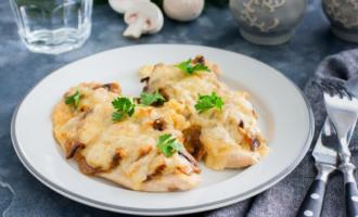 Нежные куриные отбивные с сыром и грибами