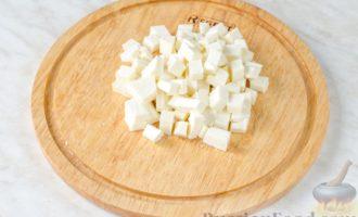 Овощной салат с яблоком, брынзой и маслинами
