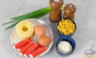 Салат с ананасами, крабовыми палочками и кукурузой